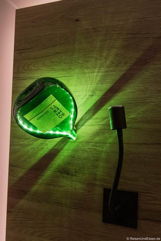 Lampe aus Bocksbeutel im Schlafzimmer