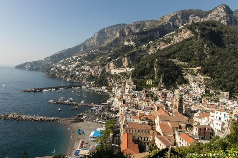 Blick vom Hügel auf Amalfi und die Küste
