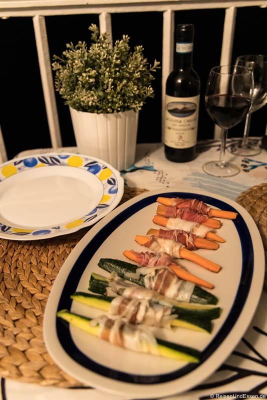 Abendessen mit Rotwein auf dem Balkon der Ferienwohnung in Amalfi