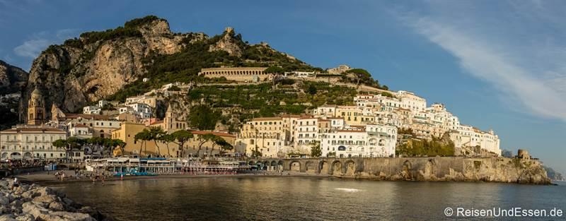 Blick vom Hafen auf Amalfi