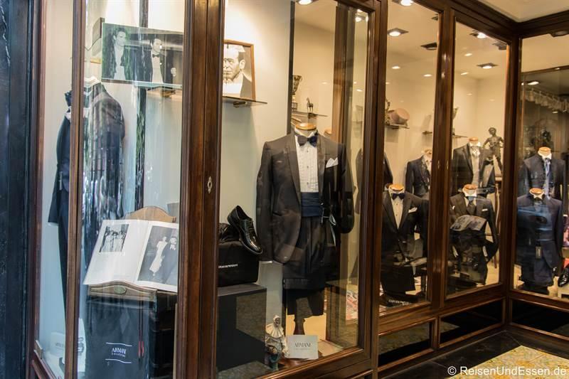 Laden mit Anzügen von Armani in Neapel