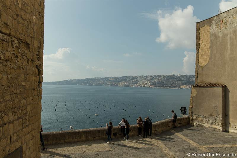 Blick vom Castel del'Ovo auf das Meer und Chiaia