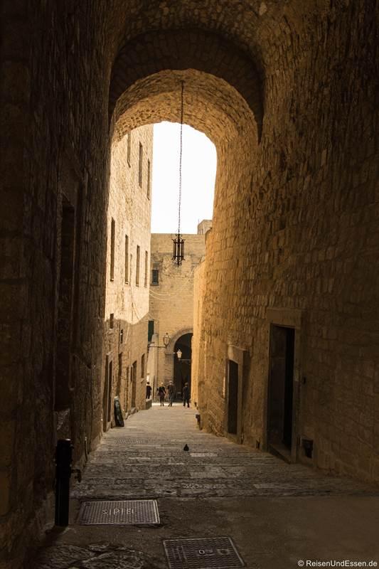 Gang und Torbogen im Castel del'Ovo