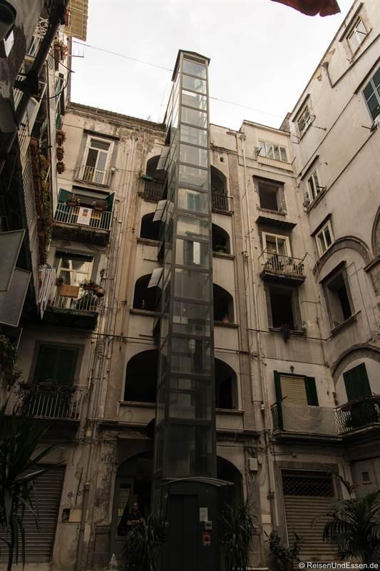 Aufzug im Innenhof eines Hauses im Centro Storico