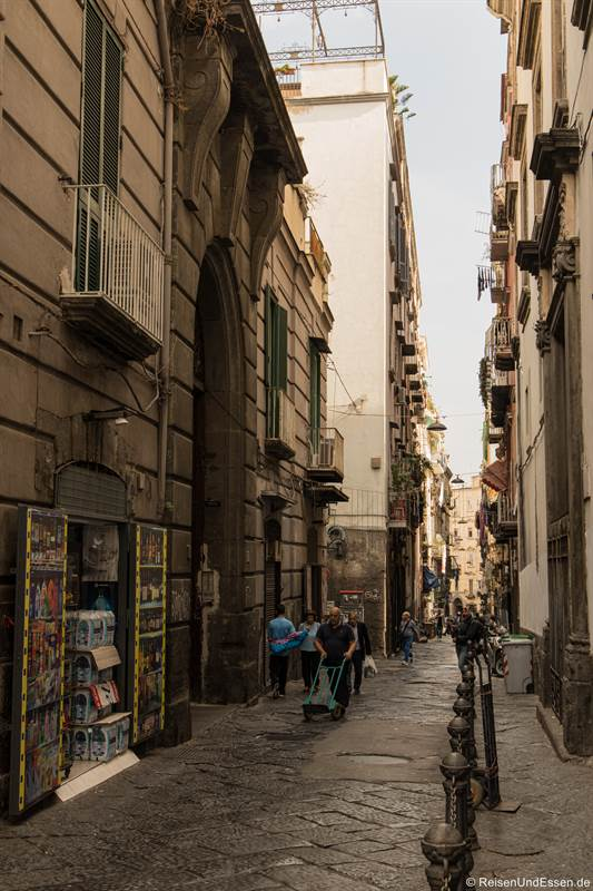 Gasse Apostoli in der historischen Altstadt von Neapel