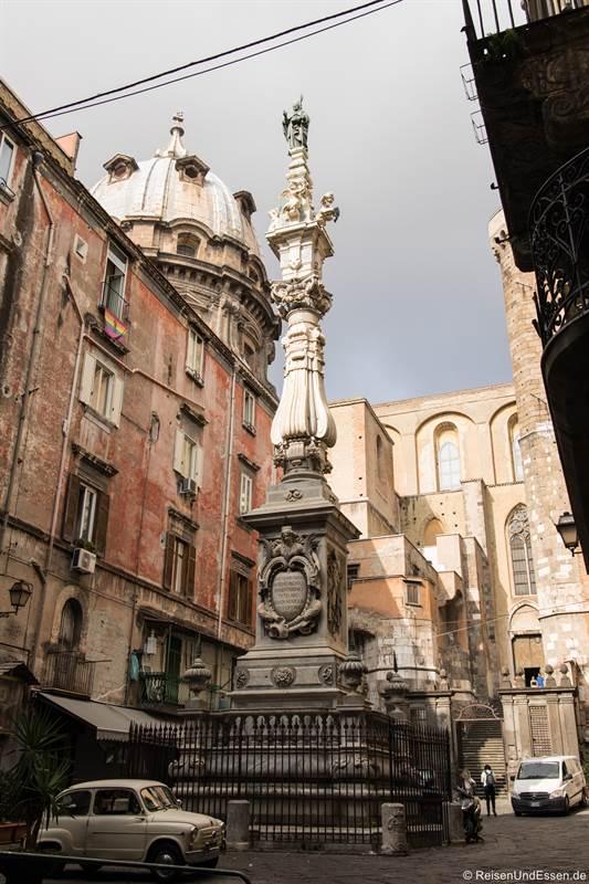 Statue und Fiat 500 hinter dem Dom von Neapel