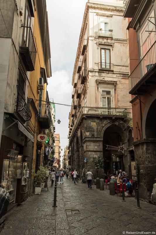 Via dei Tribunali mit Shops und Restaurant in der historischen Altstadt von Neapel