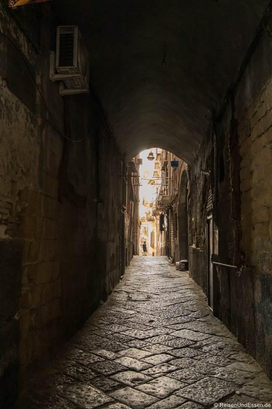 Seitengasse von der Via dei Tribunali im Centro Storica von Neapel