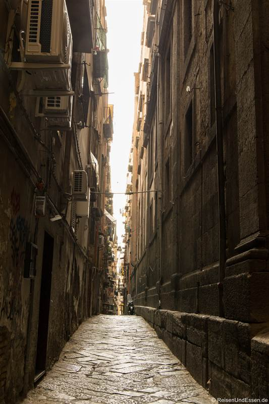 Seitengasse von der Via dei Tribunali - Sehenswürdigkeiten in Neapel