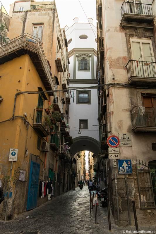 Torbogen in der Gasse Cinquesanti in der historischen Altstadt von Neapel