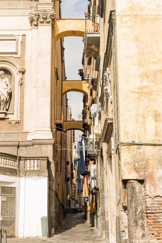 Bögen in der Gasse Donnaregina - Sehenswürdigkeiten in Neapel