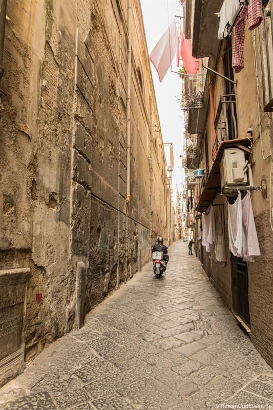 Motorroller und Wäsche in der Gasse Sedil Capuano in Neapel