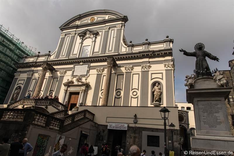 Kirche San Paolo Maggiore und Statue San Gaetano in der historischen Altstadt von Neapel