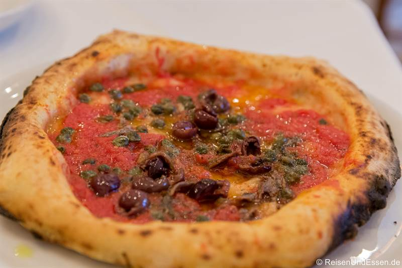 Pizza Sardellen und Kapern - Essen in Neapel