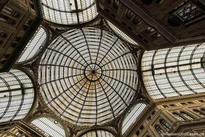 Blick zum Glasdach in der Galleria Umberto I in Neapel
