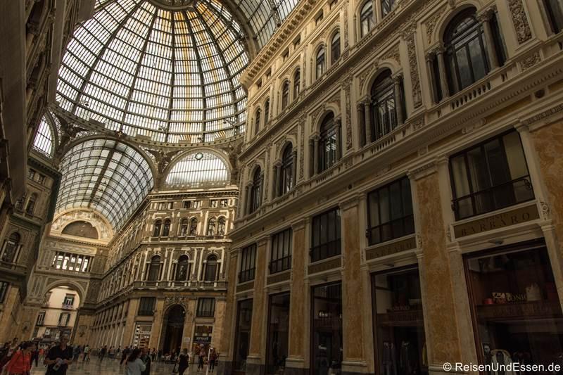 Gang in der Galleria Umberto I in Neapel