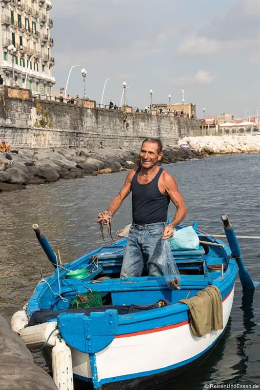 Fischer mit Tintenfisch im Hafen von Neapel