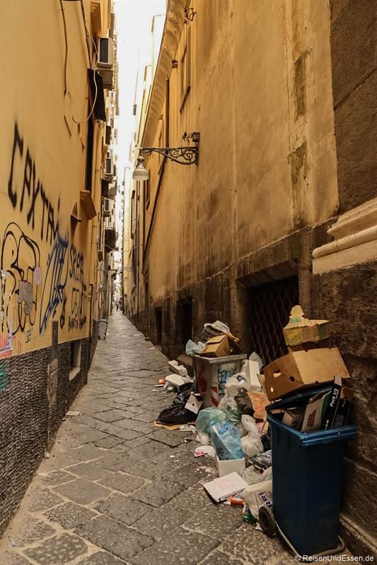 Müll in der Altstadt von Neapel
