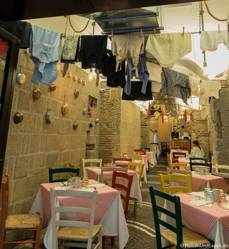 Restaurant mit Wäsche an der Decke in der Altstadt von Neapel