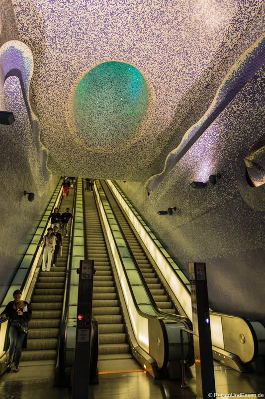 Rolltreppe in das Aquarium in der U-Bahnstation Dante