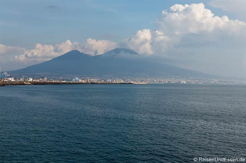 Blick auf den Vesuv vom Hafen in Neapel