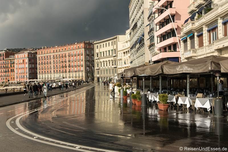 Spiegelung an der Via Partenope nach einem Regenschauer