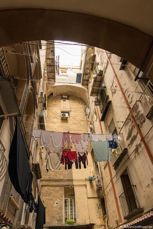 Wäsche im Innenhof in der Altstadt von Neapel