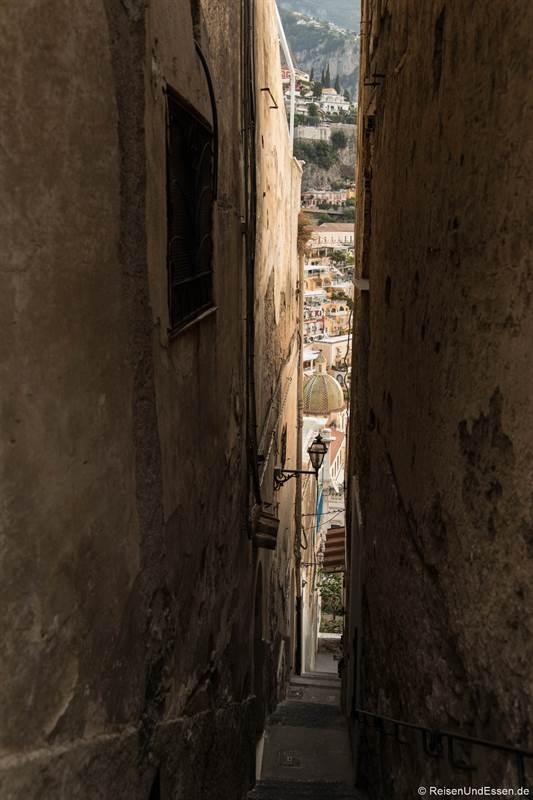 Schmale Gasse in Positano zum Meer