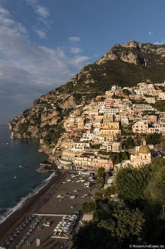 Häuser und Strand in Positano im morgendlichen Licht