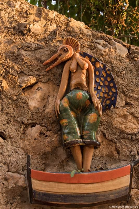 Kleine Skulptur an der Mauer in Praiano