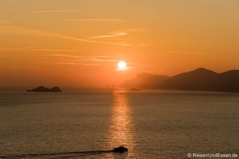 Blick auf das Meer in Praiano zum Sonnenuntergang