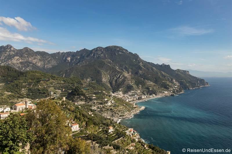 Blick von Ravello auf die Amalfiküste mit Maiori
