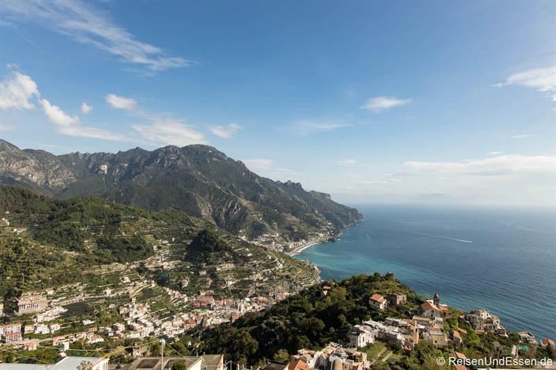 Blick von Ravello auf die Amalfiküste mit Minori und Maiori
