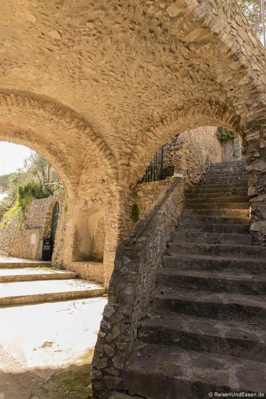 Kuppel und Treppen auf dem Weg nach Ravello