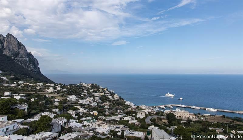 Blick auf dem Weg nach Capri auf den Hafen