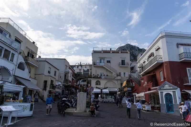 Platz mit der Via Truglio am Hafen