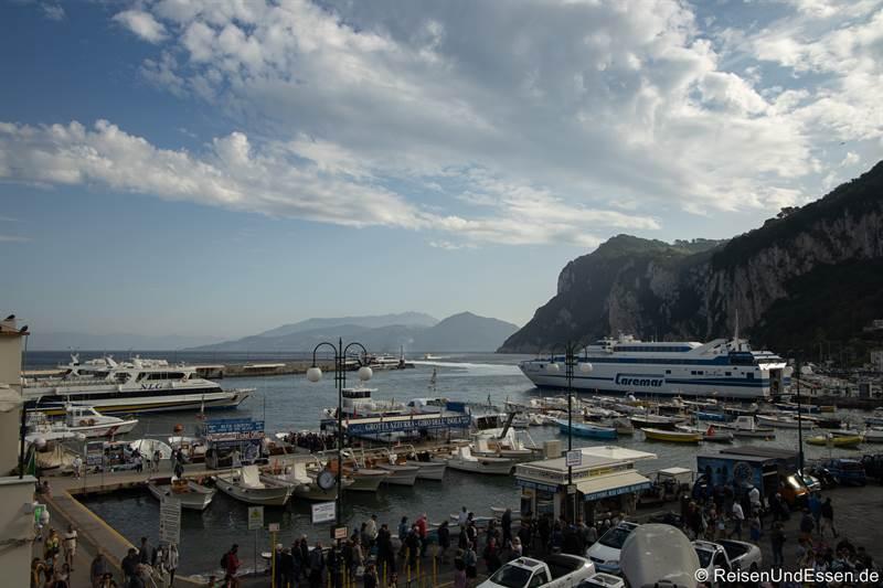 Großer Hafen in Capri