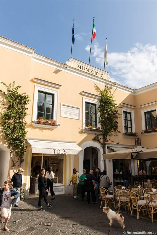 Gemeinde Capri und Geschäfte am Piazza Umberto in Capri