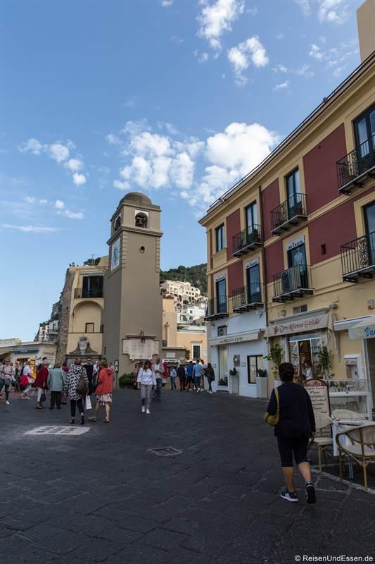 Blick von der Gasse zum Piazza Umberto mit Turm
