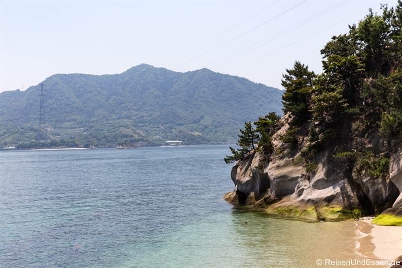 Blick auf Felsen und Bäume in Okunoshima