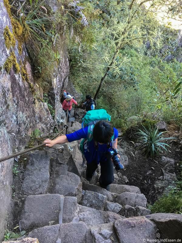 Aufstieg über Treppen zum Huayna Picchu in Peru