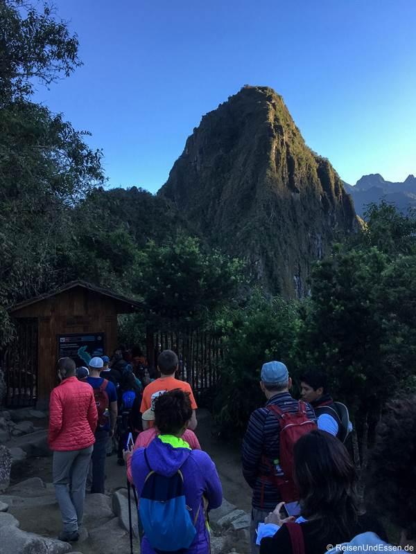 Warteschlange am Checkpoint beim Huayna Picchu für die erste Einlasszeit