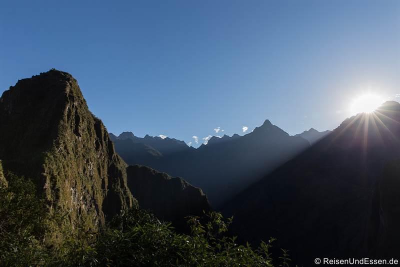 Erste Sonnenstrahlen bei der Besteigung des Huayna Picchu