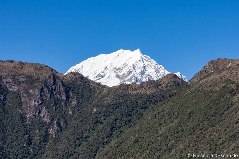 Blick auf schneebedeckten Berg vom Machu Picchu Mountain