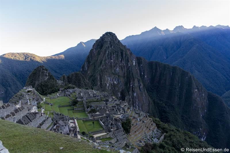 Erste Sonnenstrahlen in Machu Pikchu in Peru