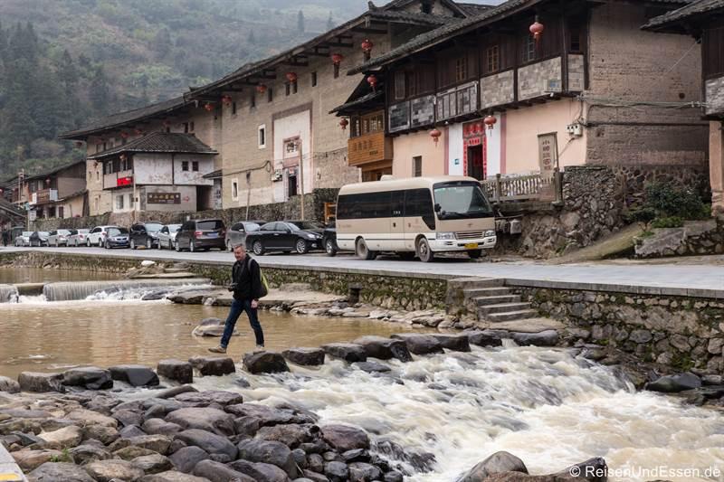 Überqueren des Flusses in Shunqinglou in der Provinz Fujian