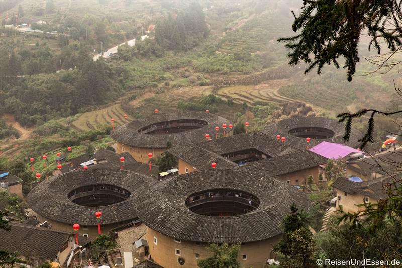 Blick auf die Rundhäuser der Hakka in Tianluokeng