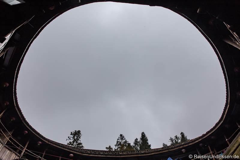 Blick zum Himmel in einem Rundhaus der Hakka in Fujian