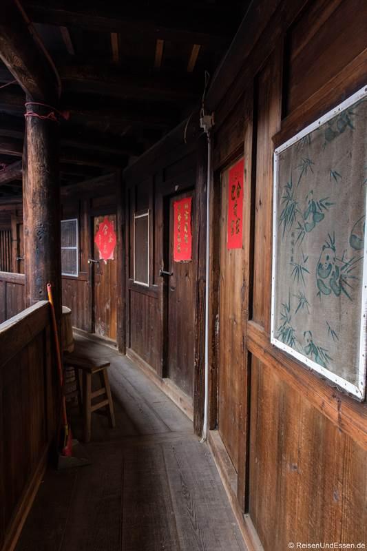 Rundgang im Innern des Tulou mit Zimmern