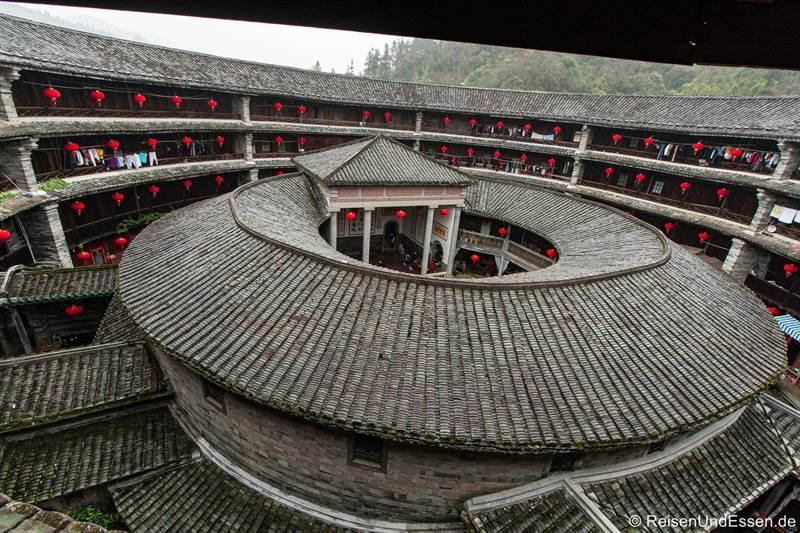 Blick von oben in den Tulou der Hakka von Zhenchenglou in Fujian